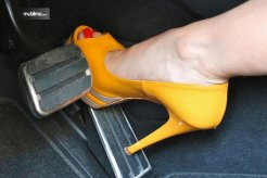 Tips Untuk Wanita: Hindari Memakai Sepatu Hak Tinggi Saat Berkendara