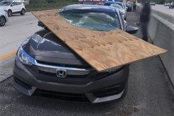 Pengemudi Honda Hampir Tewas Terpenggal Setelah Mobilnya Tertembus Selembar Tripleks