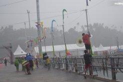 Sering Hujan Lebat, Siapkan Perlengkapan Ini Saat Liburan!