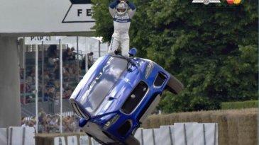 Wow Banget..... Atraksi Ekstrim Jaguar F-Pace Berjalan Dengan Dua Roda