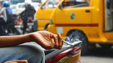 Awas, Kebiasaan Merokok Saat Mengemudi Bisa Berakibat Celaka