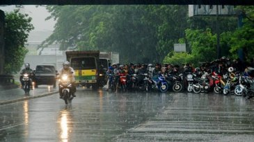 Awas, Berteduh Sembarangan Saat Hujan Bisa Picu Kecelakaan