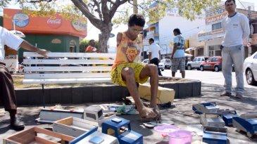 Inspiratif, Pria Tak Miliki Tangan Ini Mampu Buat Mainan Mobil Mobilan Layaknya Orang Normal