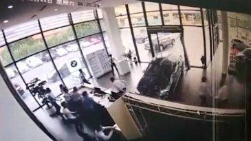 Belum Dibeli, BMW X1 Tabrak Diler di Cina Akibat Salah Injak Gas