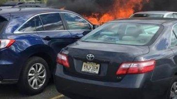 Buang Arang Sembarangan, 7 Mobil Terbakar Saat Ditinggal Nonton Bola