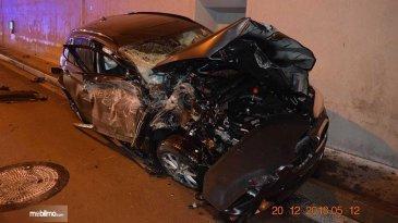Pengemudi Mengantuk, Sebuah BMW Alami Kecelakaan Spektakuler Yang Belum Pernah Terjadi