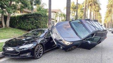 Parkir Gila, Roda Subaru Berpijak Di Jendela Tesla Model S