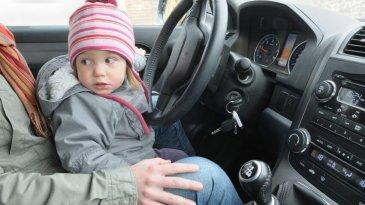 Jangan Pernah Dilakukan, Ini Bahaya Besar Mengemudi Sambil Memangku Anak
