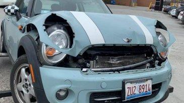 Aneh, Mobil MINI-nya Ringsek Pengemudi Wanita Ini Malah Pamer Lipstik