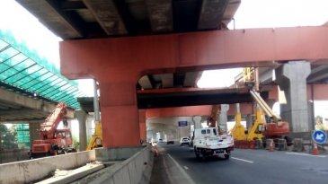 Pembongkaran JPO KM 10 Plus 550 Ruas Tol Jakarta-Cikampek Berlanjut