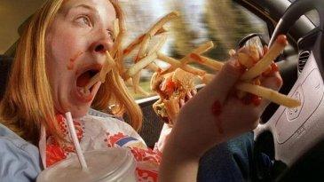 Jangan Mengemudi Sambil Makan, Berbahaya!