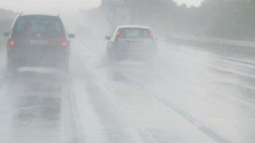 Mengemudi Mobil Di Jalan Tol Saat Hujan Lebat, Ini Yang Perlu Diperhatikan