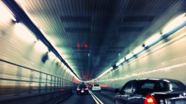 Apa Alasan Dilarang Menyalip Di Terowongan Dan Jembatan?
